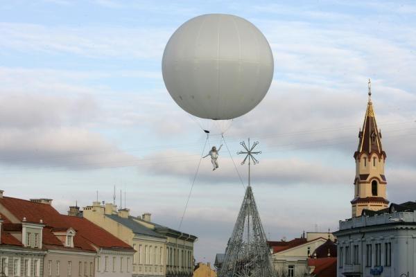 Kalėdų miestelis Rotušėje atidarytas įspūdingu akrobatiniu šou