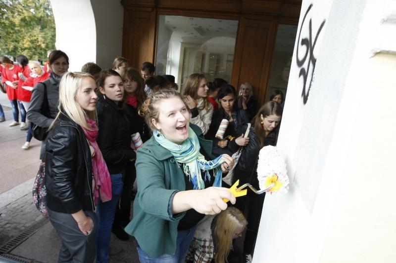 Uostamiesčio studentai švarino grafitti piešėjų nuniokotus pastatus