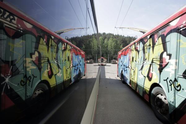 Naktį vandalai grafičiais išterliojo 14 troleibusų