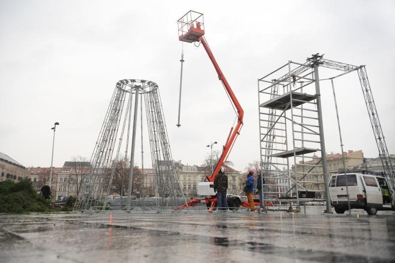 Vilniuje kyla aukščiausia Baltijos šalyse Kalėdų eglė (atnaujinta)