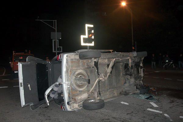 Su keleiviais užsikalbėjęs taksistas Vilniuje sukėlė sunkią avariją