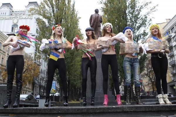 Ukrainos feministės nusimetė liemenėles, protestuodamos prieš Putino vizitą