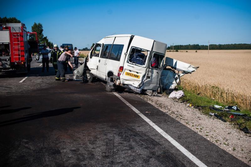 Medikai kovoja dėl 4 avarijos aukų gyvybių, jauniausiam – vos 12 metų