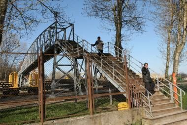 Uždaromas pėsčiųjų tiltas per geležinkelį