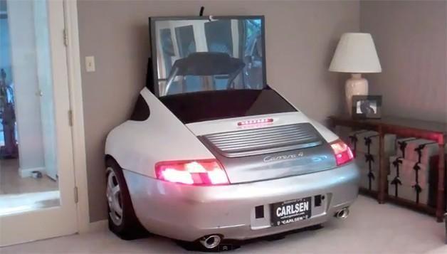 """Kambario interjeras: iš """"Porsche"""" išslenkantis didelis televizorius"""