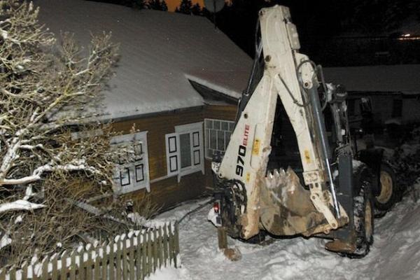 Vilniuje traktorius rėžėsi į namą