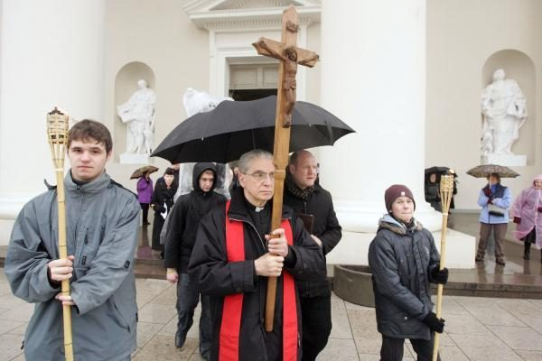 Didįjį penktadienį tikintieji paminėjo eidami Kristaus kryžiaus kelią