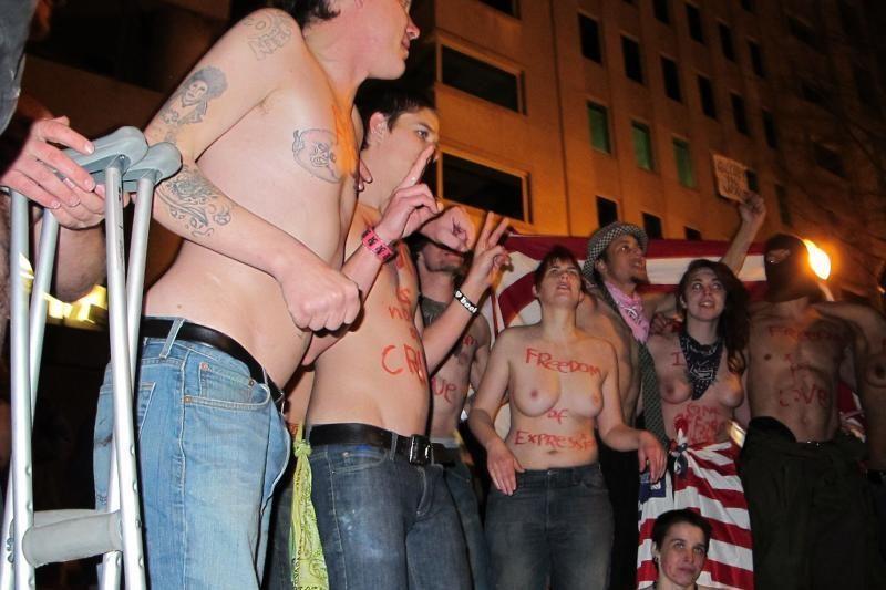 Žmonės nuogi protestavo prie iškilmingo renginio Vašingtone