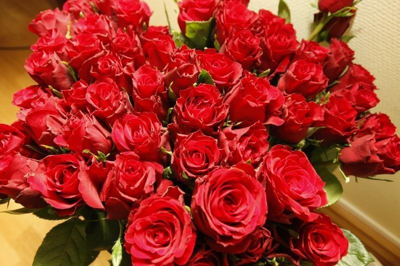Iš kiosko paryčiais pavogė du kibirus rožių