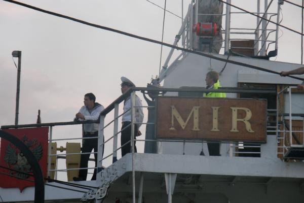 """Burlaivis """"Mir"""" atplaukė saulei leidžiantis"""