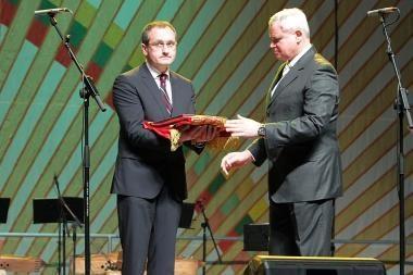 Vasario 16-ąją Klaipėdos meras įteikė apdovanojimą