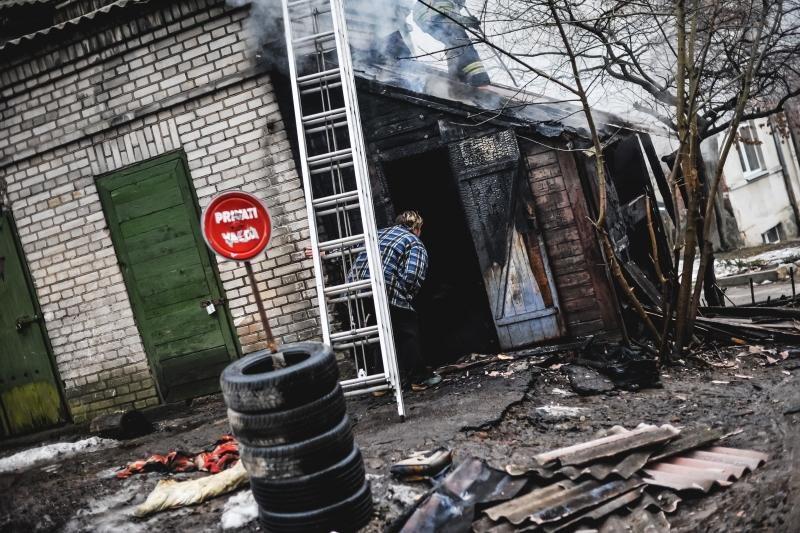 Parodos gatvėje kilusį gaisrą gesino trys autocisternos