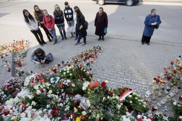 Vilniaus moksleiviai prie Lenkijos ambasados pagerbia žuvusiuosius (dar papildyta)