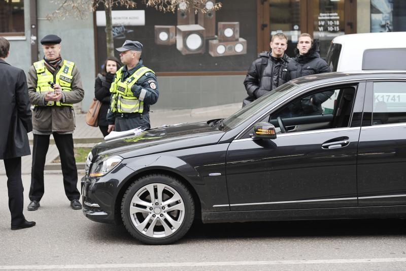 Mįslė Maironio gatvėje: ką čia veikė kostiumuoti vyrai ir policija?