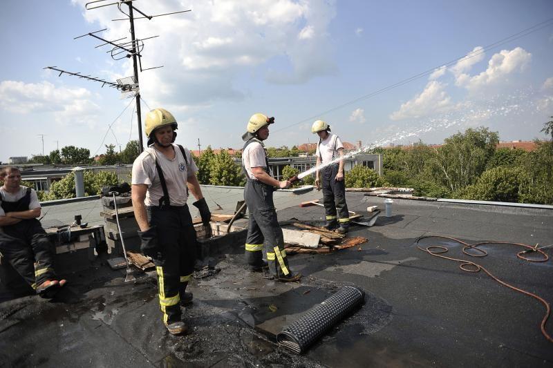 Užsidegė taisomas daugiabučio    stogas