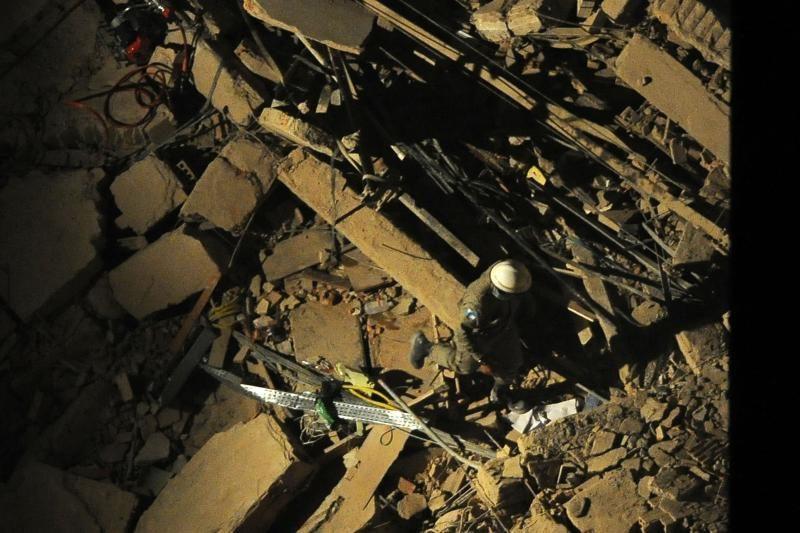 Pakistane sugriuvo gamykla, po griuvėsiais - 40 žmonių