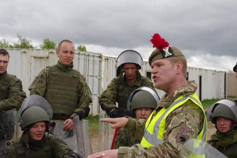 Lietuvos kariai treniruojasi britų suregtose pratybose