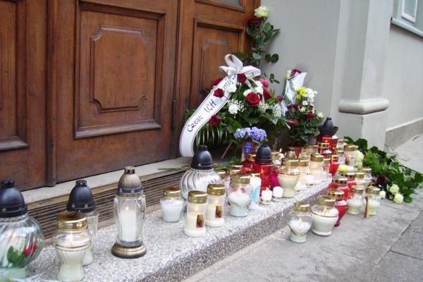 Prie Lenkijos ambasados Vilniuje gula gėlės, degamos žvakutės