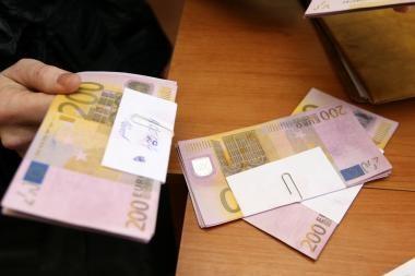 """Už """"mersedesą"""" sumokėjo padirbtais eurais"""
