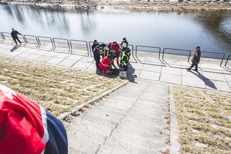 Kaune išgelbėtas nuo tilto į Nemuną nušokęs vaikinas