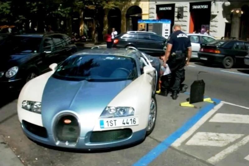 """Kaip Čekijos policininkams sekėsi užblokuoti """"Bugatti Veyron"""" ratą?"""