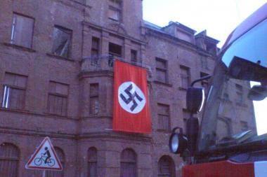 Uostamiestyje plaikstėsi vėliava su svastika
