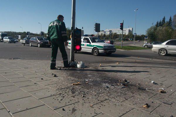 Prispaustą vairuotoją gelbėjo pro šalį važiuojantys kariškiai