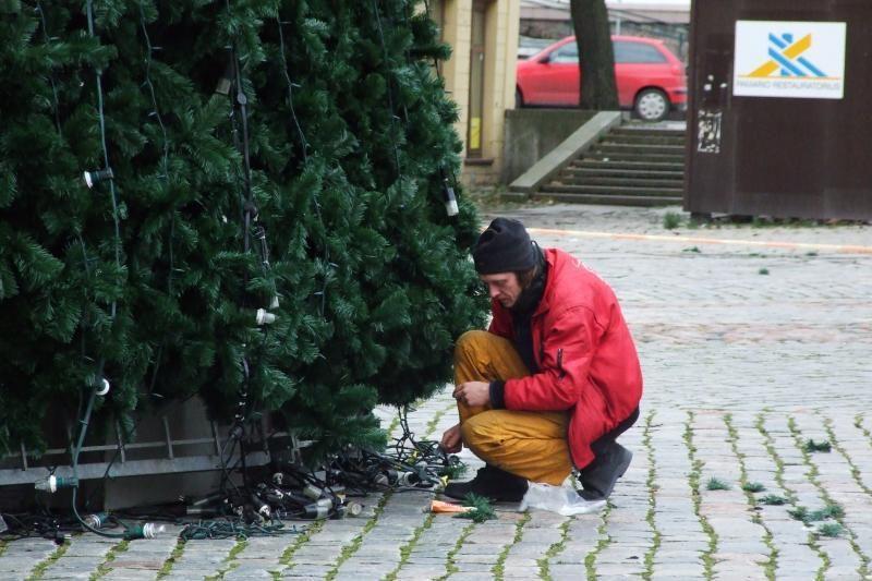 """Teatro aikštėje """"sužaliavo"""" miesto Kalėdų eglė"""