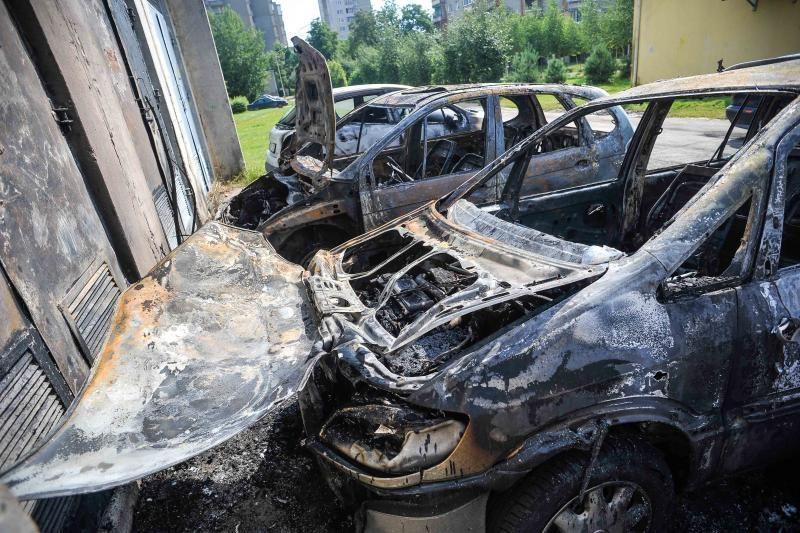 Kaune naktį sudegė keturi       automobiliai