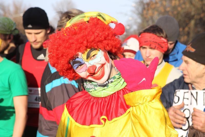 Sostinės gatves užplūdo Kalėdų seneliais persirengę bėgikai