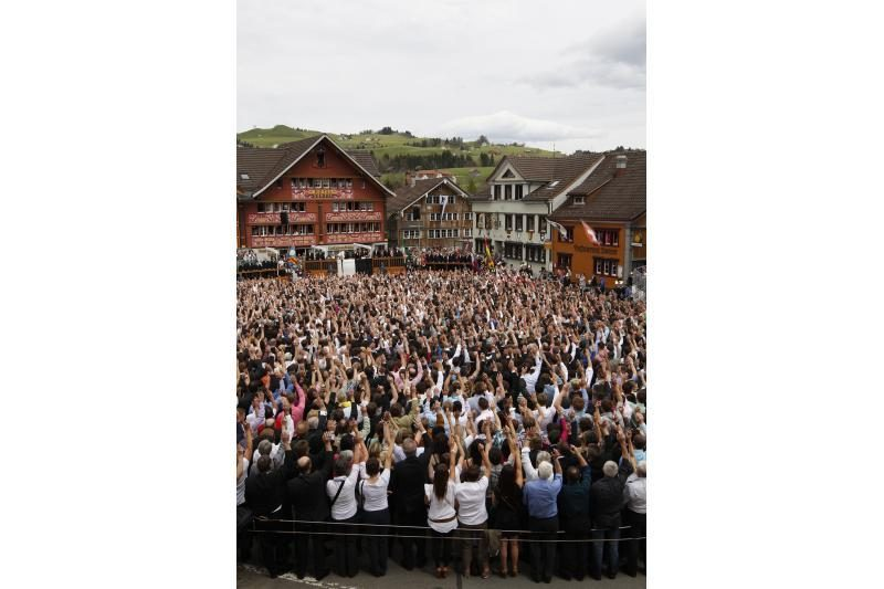 Šveicarijoje balsuojama keliant rankas