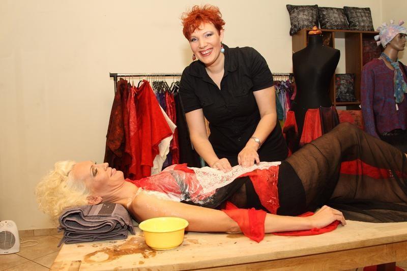 """Per kelias valandas iš 10 kg vilnos ant moters """"nulipdyta"""" suknelė"""