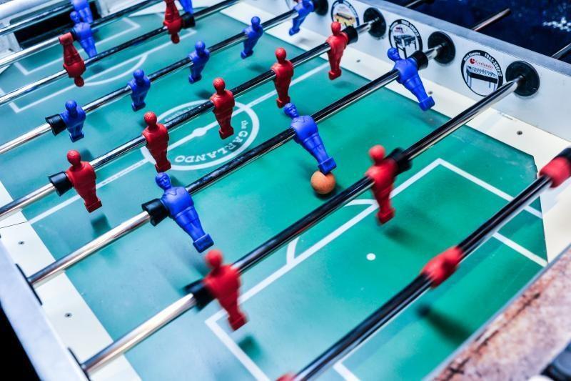 Rankomis žaidžiamas futbolas – irgi sportas