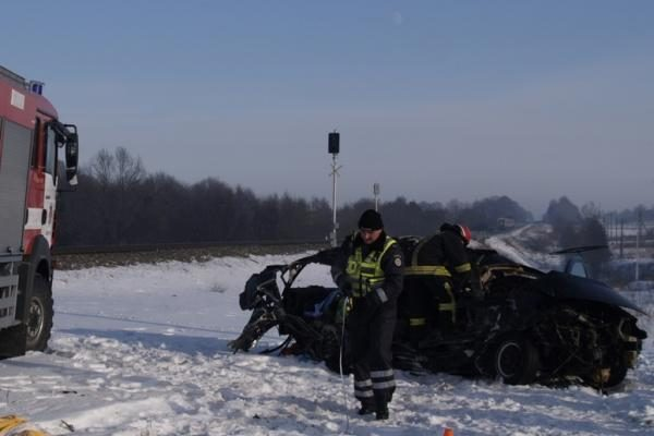 Per mašinos susidūrimą su traukiniu žuvo moteris ir jos sūnus (papildyta)