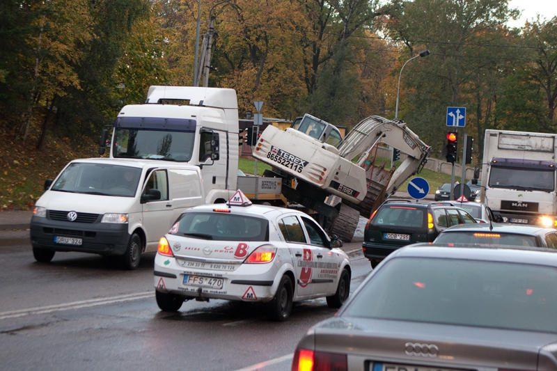 Dunojaus gatvę užtvėrė nuvirtęs ekskavatorius