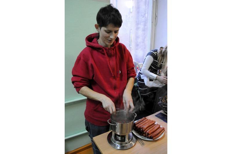 """Vilniaus """"Varpo"""" suaugusiųjų vid. mokykloje surengta labdaros mugė"""