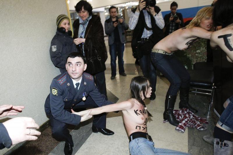 Vladimiro Putino rinkimų apylinkėje - šokiruojanti protesto akcija