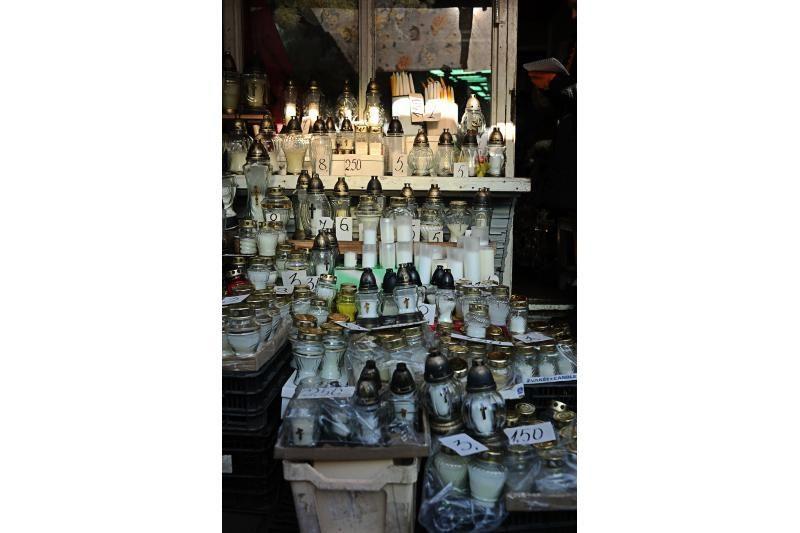Vėlinių žvakės pigesnės prekybos centruose nei turguose