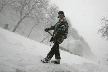 Parduotuvėse trūksta sniego kastuvų - žmonės juos rezervuoja telefonu (papildyta)