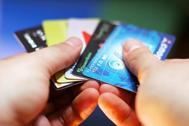 Banko darbuotoja įtariama tuštinusi apgaule išduotas korteles