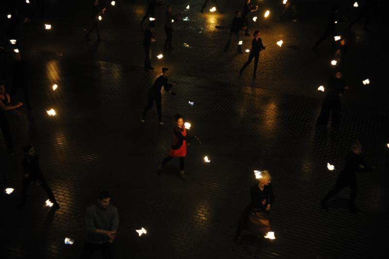 Lynojant 40 fakyrų šoko su ugnimi (pasiekti du rekordai)