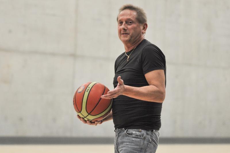 Krepšinio veteranai pagerbė legendinį trenerį