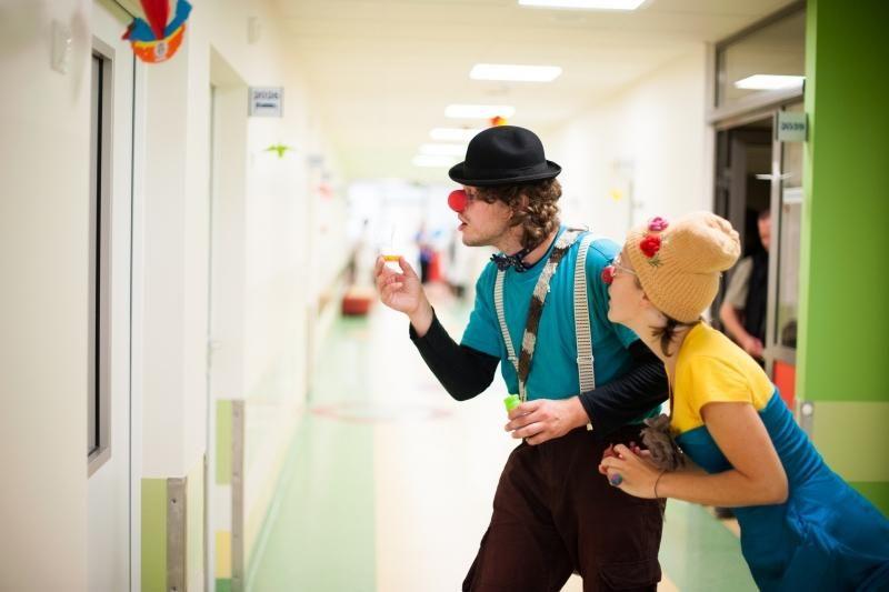 Klounai sergantiems vaikams dalijo šypsenas
