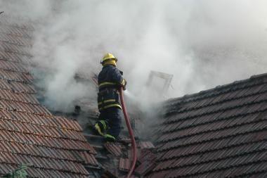 Nidoje liepsnojo viešbučio stogas