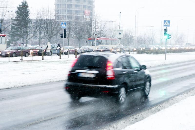 Keliai slidūs, vairuotojai raginami važiuoti atidžiai