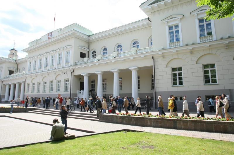 Per šimtą žmonių susirinko protestuoti prie Prezidentūros