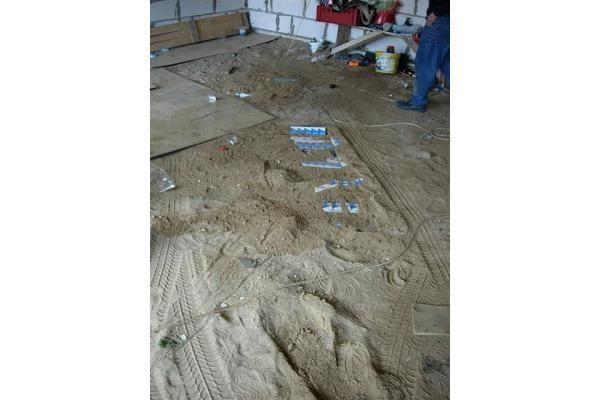 Kontrabandiniai rūkalai slėpti tvenkinyje ir po žeme