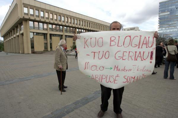 """Prie Seimo menininkai klausė: """"Sudie, kultūra?"""" (papildyta 17:41)"""