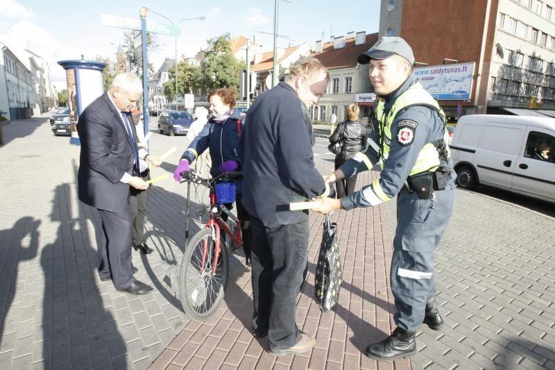 Šviesiaplaukei atšvaitą miesto meras užsegė ir ant kojos