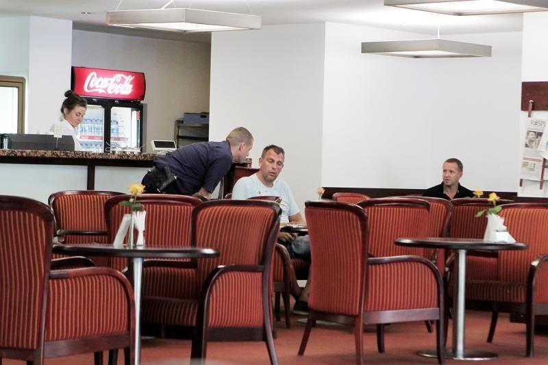 Girtas G.Einikis uostamiesčio kavinėje kabinėjosi prie moterų